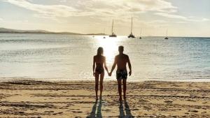 Carla Pereyra y Simeone de la mano en la playa