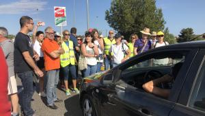 Centenars de persones tallen el trànsit a la rotonda de Torredembarra
