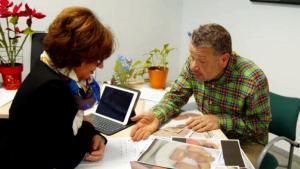 Chicote denunciando el estado de la comida junto a la vicerrectora de la Universidad de Sevilla