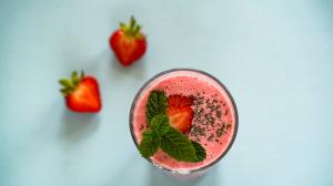 Descubrimos tres recetas diferentes para elaborar smoothies de frutas en casa.
