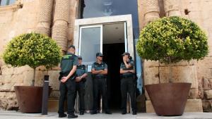Diversos agents de la Guàrdia Civil durant la jornada d'escorcolls a l'Ajuntament de Torredembarra del 26 de juny de 2014.