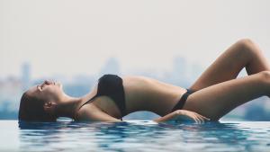 El aumento de pecho mediante implantes de silicona es la forma más habitual pero existen otras alternativas.