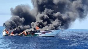 El barco s'ha incendiat i s'ha afonat en la mar