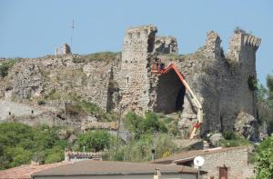 El Castell de Querol, que dona nom al municipi, és de mitjans del segle X