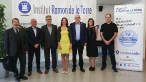 El conseller Bargalló, també acompanyat del delegat del Govern, Òscar Peris, ha visitat aquest dijous al matí l'Institut Ramon de la Torre.