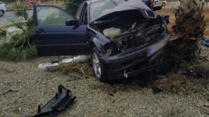 El cotxe ha quedat destrossat quan ha xocat contra una palmera de la rotonda
