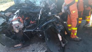 El cotxe ha quedat destrossat totalment en xocar contra la retroexcavadora