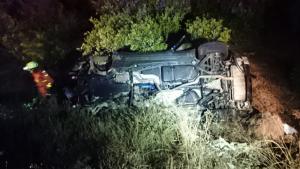 El cotxe se n'ha eixit de la carretera i ha bolcat, deixant tres persones atrapades dins