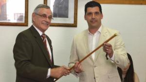 El fins ara alcalde, Josep Maria Santamaria (esquerra), entrega la vara al nou batlle, el republicà Francesc Larios (dreta).