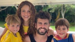 El futbolista i la cantant disfrutant en família de les vacances