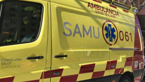 El joven ha sido trasladado en una ambulancia al hospital