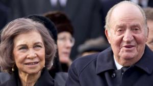 El rei Joan Carles, acompanyat de la reina Sofia