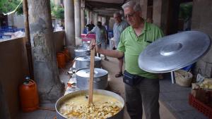 El romesco colomí que s'hauria de servir al sopar s'ha anat cuinant entre sardana i sardana