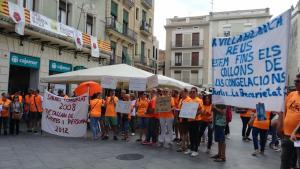 Els manifestants s'han concentrat davant de l'Ajuntament de Reus a les 11 hores del matí