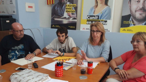 Els membres d'ERC de Cunit, al seu local.