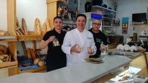 Els portadors del Lleó amb el pastisser Jaume Huguet presentant la galeta