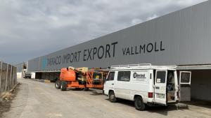 Exterior de l'antiga fàbrica de mobles Rocamora de Vallmoll, amb el rètol de la nova empresa.