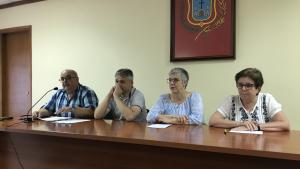 Gemma Benaiges, al centre, en roda de premsa a l'Ajuntament de Vilallonga del Camp