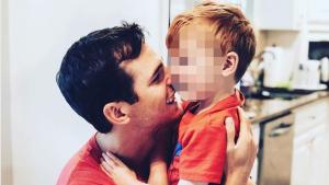 Granger Smith junto a su hijo pequeño recientemente fallecido