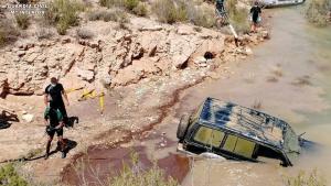 Imagen de los agentes extrayendo el vehículo del interior de las aguas del pantano