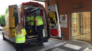 Imagen de los servicios de emergencias durante el traslado del herido