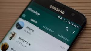 Imagen de un móvil con el WhatsApp abierto.