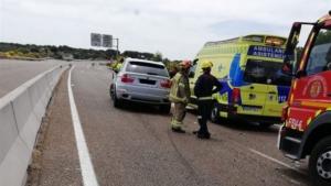 Imagen del lugar del accidente con varias dotaciones y el coche siniestrado