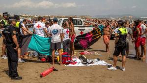 Imatge de la Creu Roja intentant reanimar al jove de 20 anys