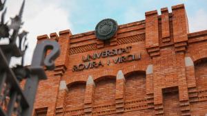 Imatge de la façana del rectorat de la URV