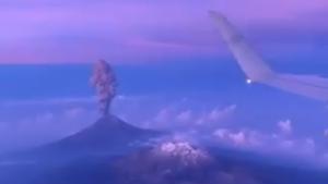 Imatge de la primera erupció del volcà Popocatépetl vista des d'un avió