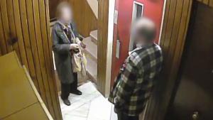 Imatge del detingut assaltant una de les seves víctimes just abans d'agafar l'ascensor del seu edifici