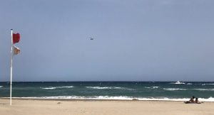 Imatge d'un dels helicòpters de Salvament Marítim treballant a la zona.