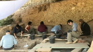 Jaciment del Molí de Salt de Vimbodí i Poblet. Manuel Vaquero, investigador de l'IPHES i codirector de l'excavació, a la dreta de la imatge.