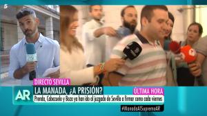 José Ángel Prenda, a la derecha de la imagen, en los juzgados de Sevilla este viernes