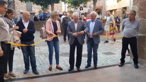Josep Poblet, president de la Diputació de Tarragona, talla la cinta de la inauguració amb l'alcaldessa, Lídia Bargas.