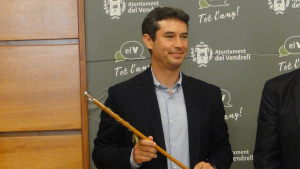 Kenneth Martínez, recollint la vara d'alcalde del Vendrell.