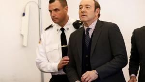Kevin Spacey siendo escoltado durante un juicio