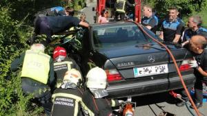 La chica quedó atrapada debajo del vehículo después de que este se desplazara arrollándola