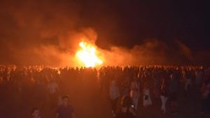 La foguera de Sant Joan a la platja de Baix a Mar de Torredembarra, pocs minuts després de l'encesa, la nit de diumenge.