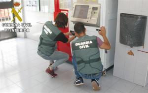 La Guàrida Civil inspeccionant una màquina expenedora
