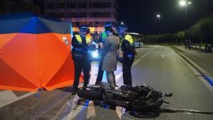 La motocicleta quedó completamente destrozada tras el impacto.