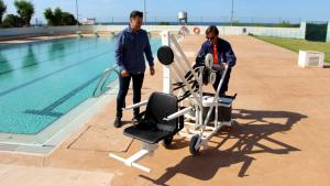 La piscina municipal d'Altafulla incorpora una cadira mòbil amb grua