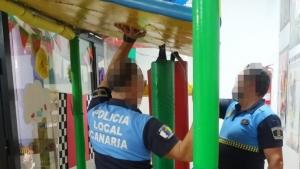 La Policia Local comprovando el estado de la estructura