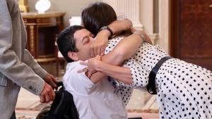 La reina Letizia abraza a Gerardo Fernández, saltándose todos los protocolos