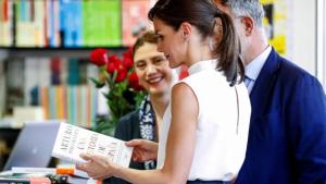 La reina Letizia ojeando libros en la Feria del Libro