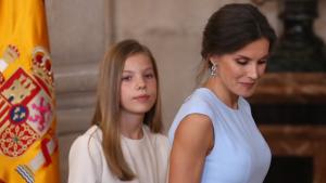 La reina Letizia y la infanta Sofía, en un segundo plano