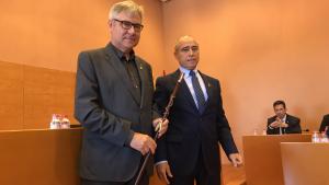 L'alcalde de Torredembarra, Eduard Rovira, ha rebut la vara de la mà del socialista José García, president de la mesa d'edat.
