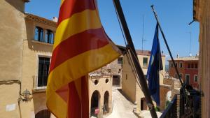Les banderes a l'Ajuntament d'Altafulla.