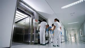 Los ascensores de los hospitales no tienen espejos.