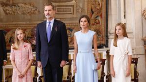 Los Reyes de España y sus hijas en el acto de la Orden del Mérito Civil